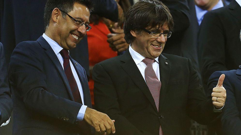 Foto: Josep Maria Bartomeu en el paco junto a Carles Puigdemont, presidente de la Generalitat. (EFE)