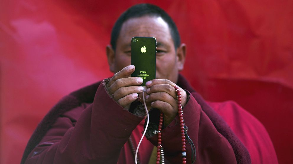 Mafias y falsificaciones: así funciona el millonario negocio de los móviles falsos
