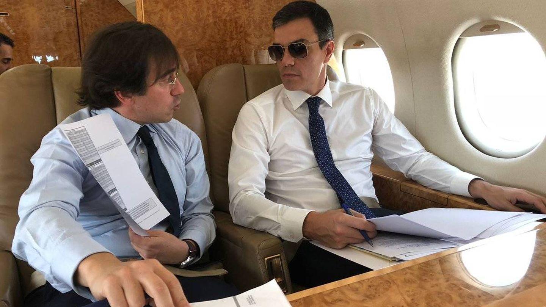 Pedro Sánchez, en su viaje a Bruselas con el avión presidencial. (Moncloa)