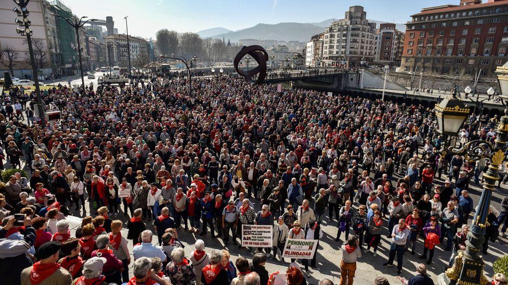 Foto: Pensionistas y jubilados se concentran ante el Ayuntamiento de Bilbao en demanda de pensiones ''dignas''. (EFE)