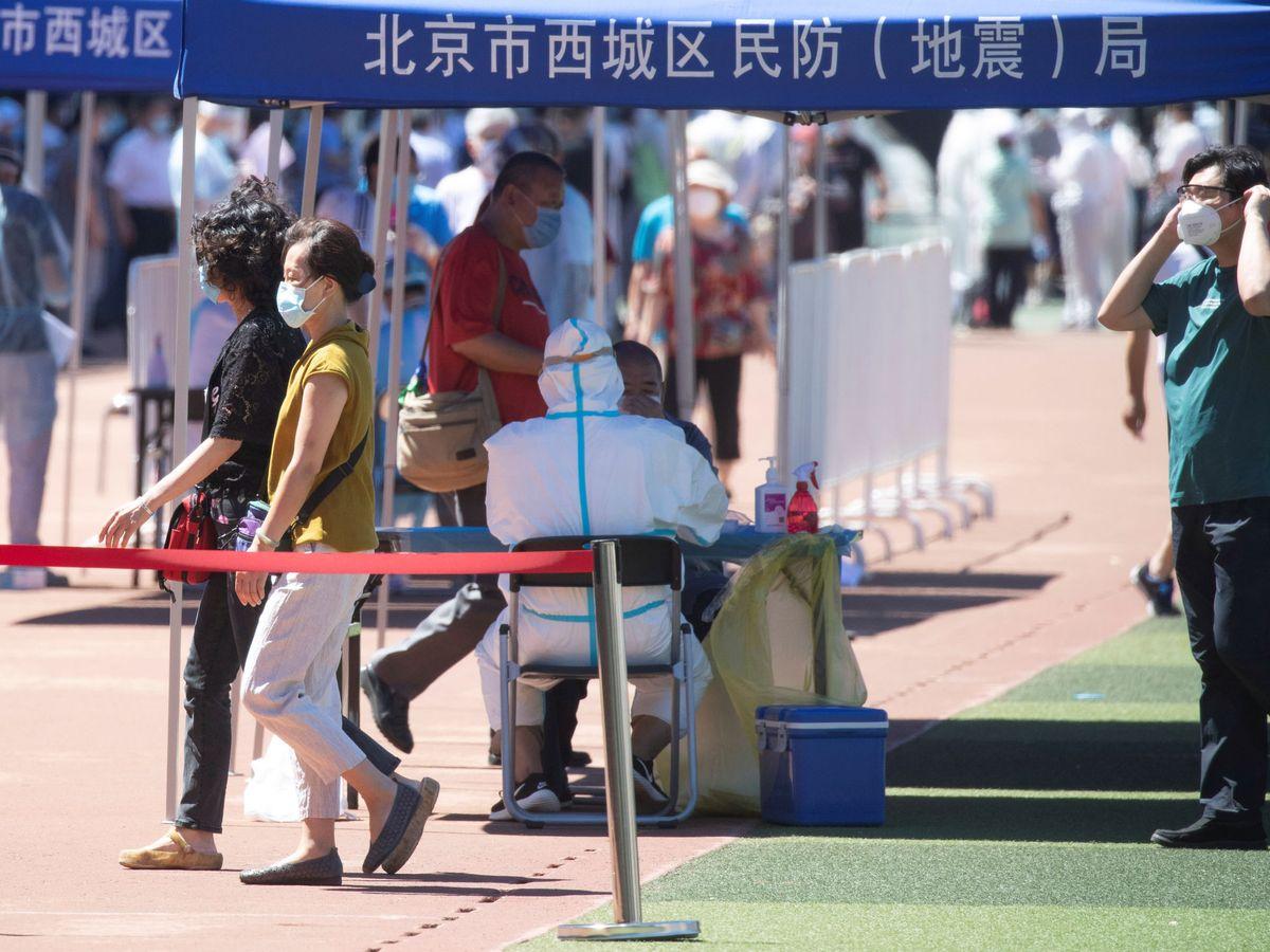Foto: Pruebas PCR a los ciudadanos chinos tras detectarse el brote en el mercado de Pekín. (Reuters)