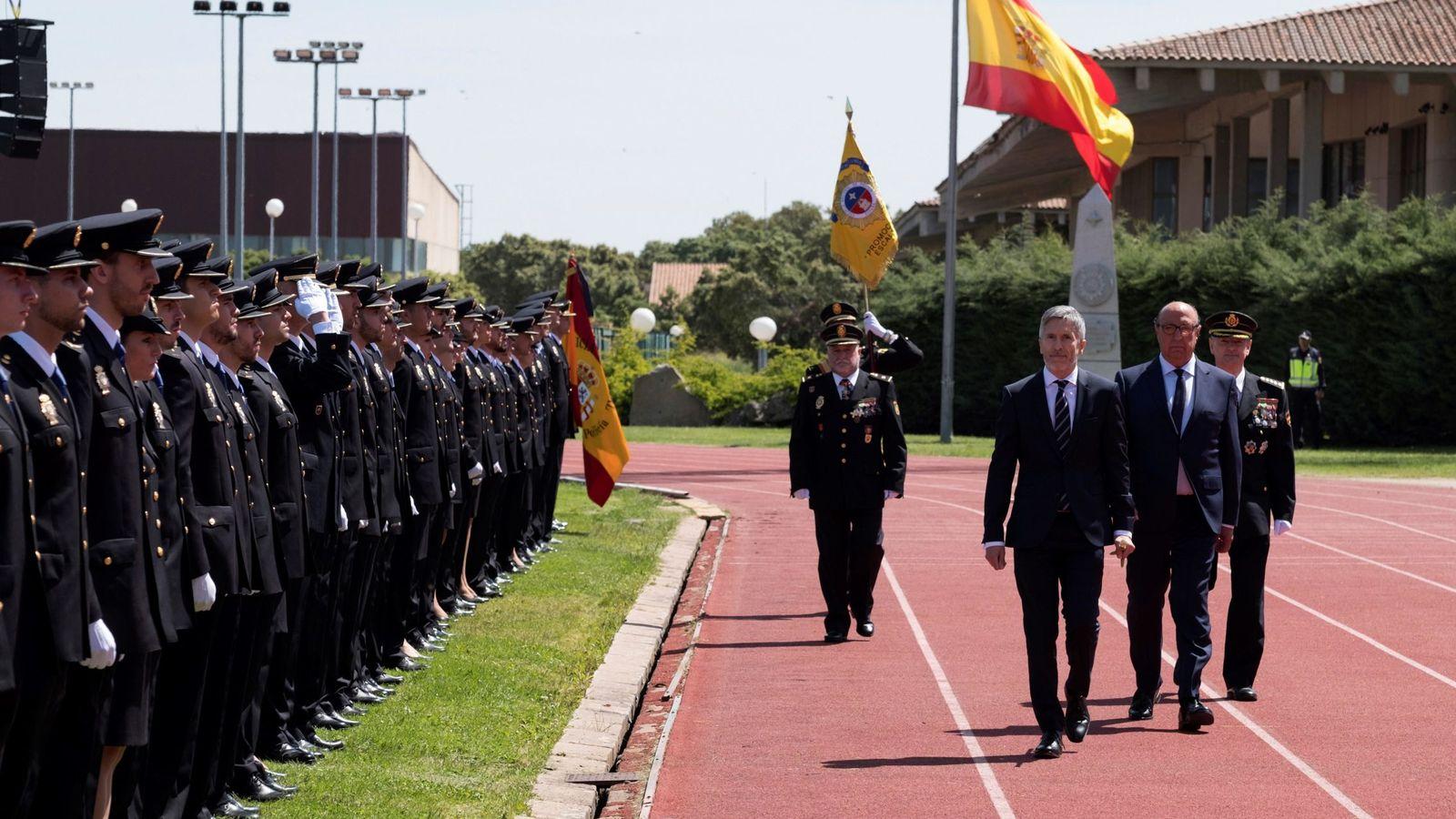 Foto: El ministro Fernando Grande-Marlaska preside la jura de los policías de la escala básica el pasado 14 de junio en Ávila. (EFE)