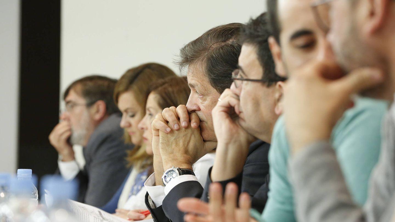 Javier Fernández, junto a Mario Jiménez, atendiendo el debate del comité federal de este sábado. (Inma Mesa / PSOE)