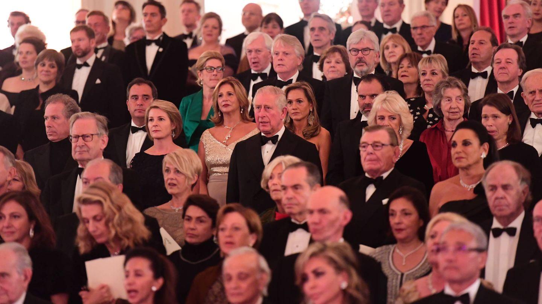 El príncipe Carlos rodeado de muchos de los invitados. (Getty)
