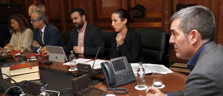 Foto: La última reunión del Consejo de Gobierno de coalición presidida por el nacionalista Fernando Clavijo, este viernes en Las Palmas. A su derecha, la vicepresidenta socialista, Patricia Hernández. (EFE)