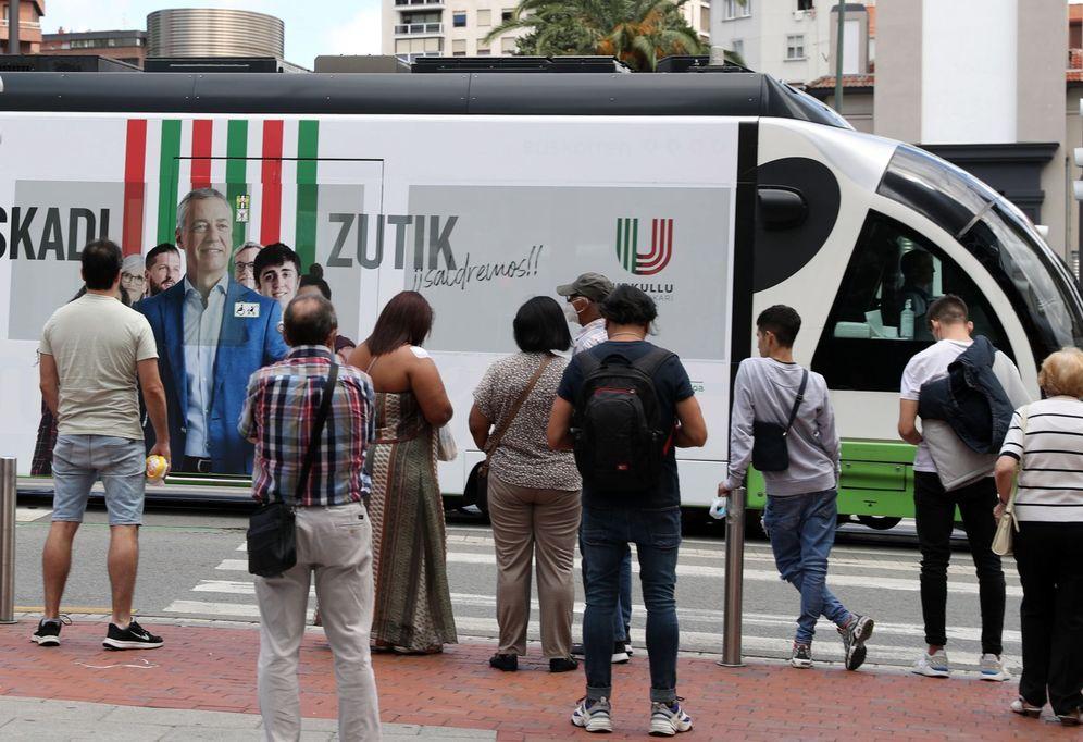 Foto: Publicidad electoral de Urkullu en el tranvía de Bilbao. (EFE)