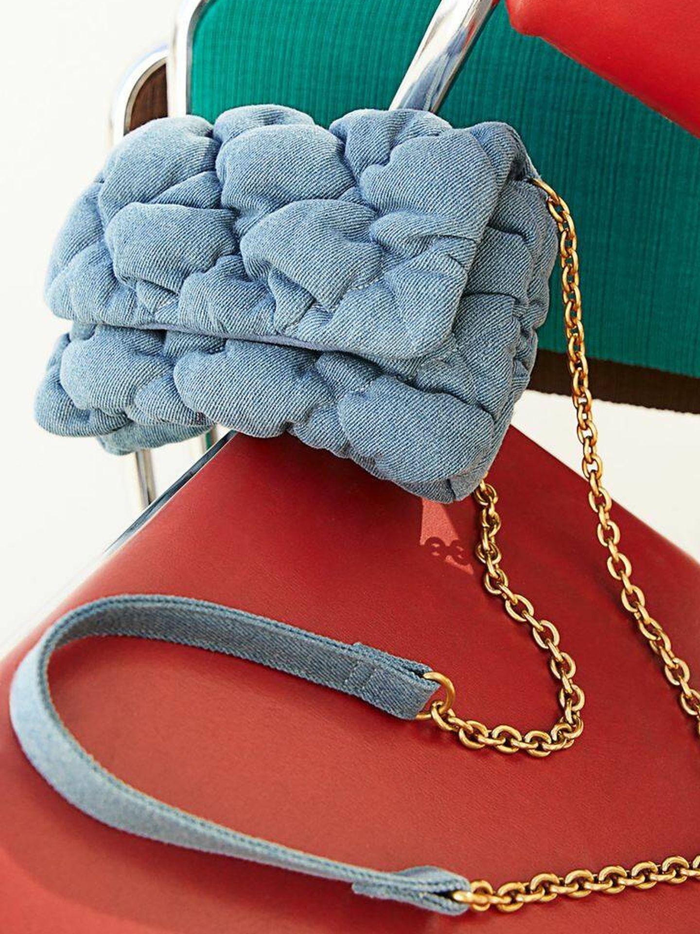 El bolso con tejido vaquero de HyM. (Cortesía)