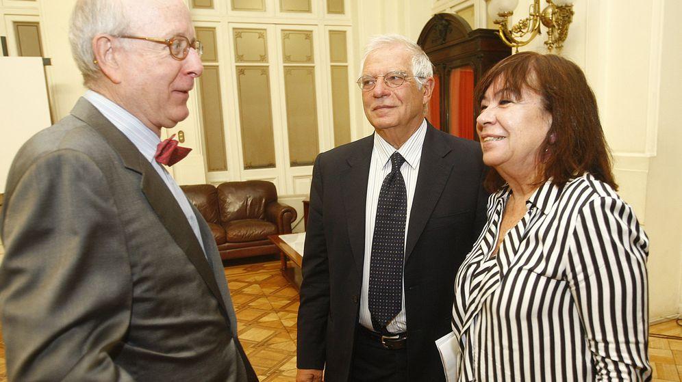 Foto: Borrell y Narbona conversan con el embajador de España en Chile. (EFE)