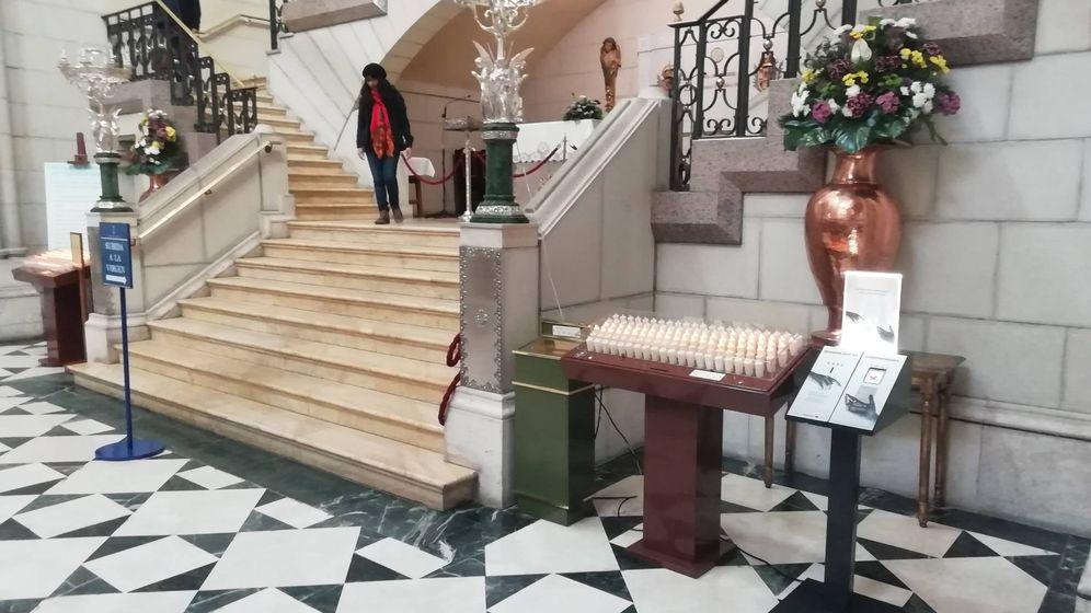 Foto: La terminal para hacer un donativo con tarjeta, frente al altar de la Virgen. (EFE)