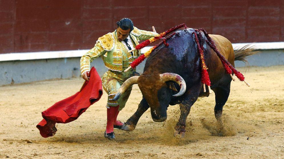 Foto: El diestro David Mora da un pase a su segundo toro. (EFE)