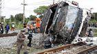 Una colisión entre un tren y un bus en Tailandia causa al menos 20 muertos