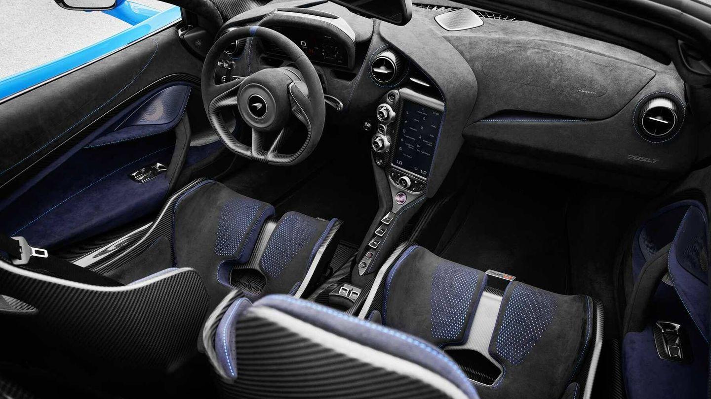 Su interior combina fibra de carbono y Alcantara, deportividad y lujo.
