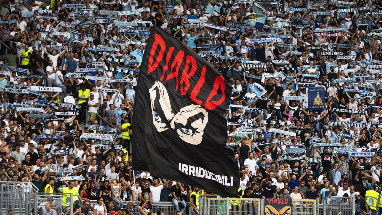 Los ultras de la Lazio se despiden del que fuera su líder, Fabrizio Piscitelli, asesinado en Roma en 2018 (EFE)