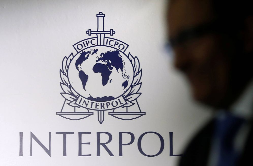 Foto: Un hombre pasa por delante del logo de Interpol durante la apertura de unas instalaciones en Singapur, en 2014. (Reuters)