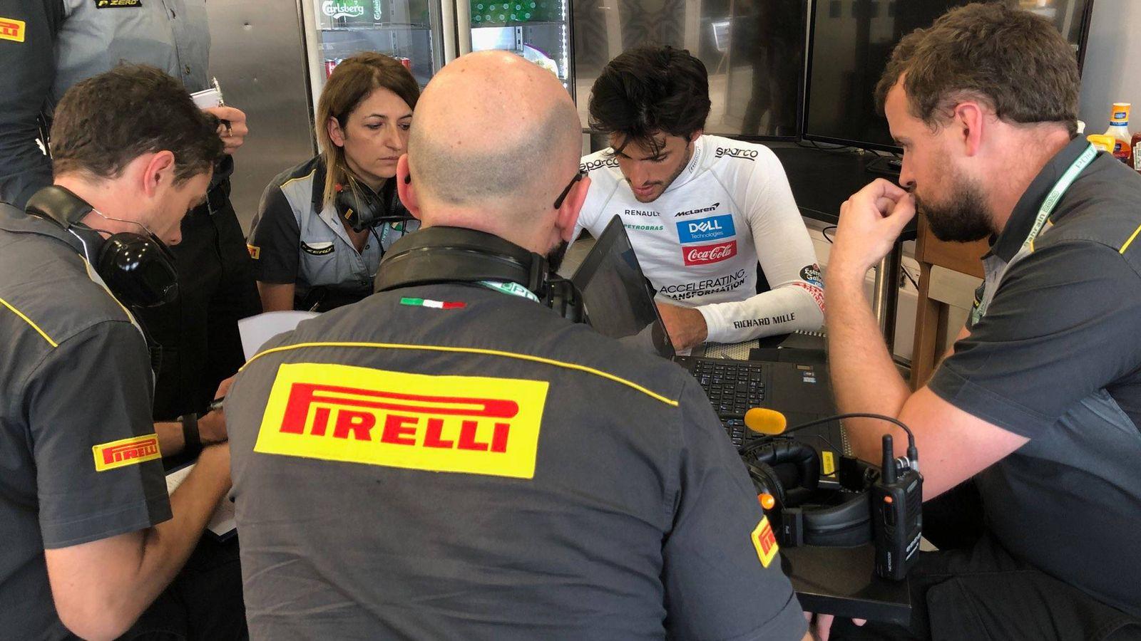 Foto: Carlos Sainz en una reunión con ingenieros de Pirelli. (@PirelliSport)