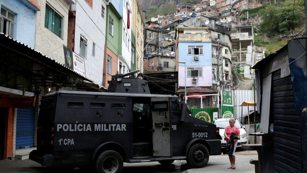 Foto: Un vehículo de la policía militar bloquea una calle en la favela de Rocinha, en Río de Janeiro, el 2 de octubre de 2017. (Reuters)