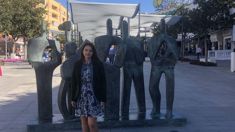 Isabel Tocón, delante de una de las esculturas de Elena Laverón. (Agustín Rivera)
