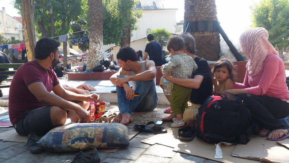 Foto: Hani y Rasha. Esperan con su familia en Izmir, Turquía, para cruzar a Grecia (Foto: Pilar Cebrián).