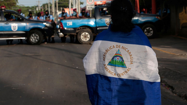 Un estudiante universitario desafía a la policía a la entrada de la Iglesia de la Divina Caridad en Managua, el 14 de julio de 2018. (Reuters)