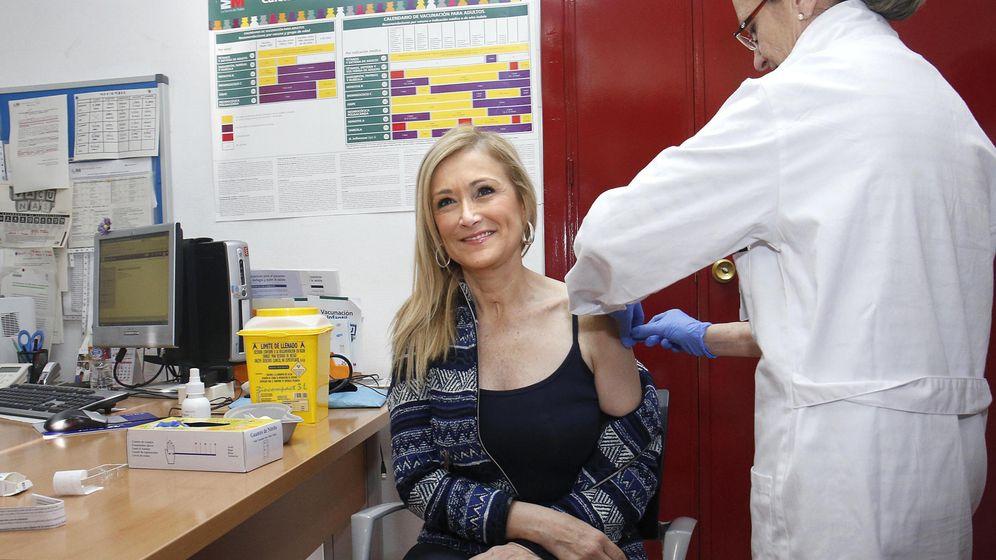 Foto: La presidenta de la Comunidad de Madrid, Cristina Cifuentes, participa en la campaña de vacunación contra la gripe. (EFE)