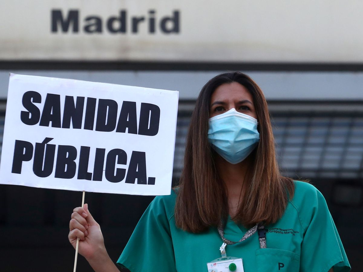 Foto: Una médica del hospital Gregorio Marañón se manifiesta a favor de la sanidad pública. (Reuters)