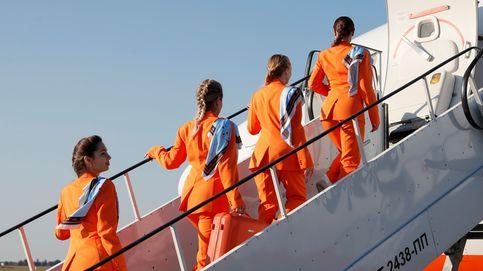 Una aerolínea sustituye los tacones y falda de sus azafatas por zapatillas y pantalones