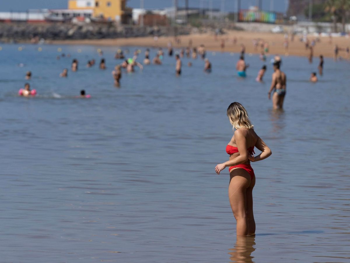 Foto: Una mujer se baña en la playa de Las Teresitas, en Santa Cruz de Tenerife (EFE)