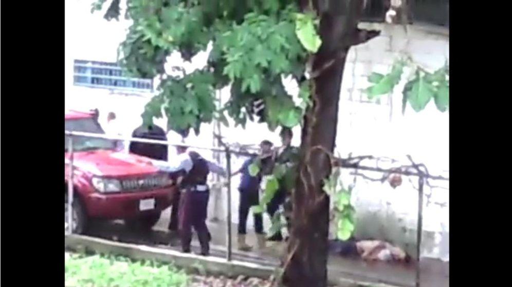 Foto: Momento previo al disparo de los agentes (captura de pantalla del vídeo de 'El Nuevo Herald')