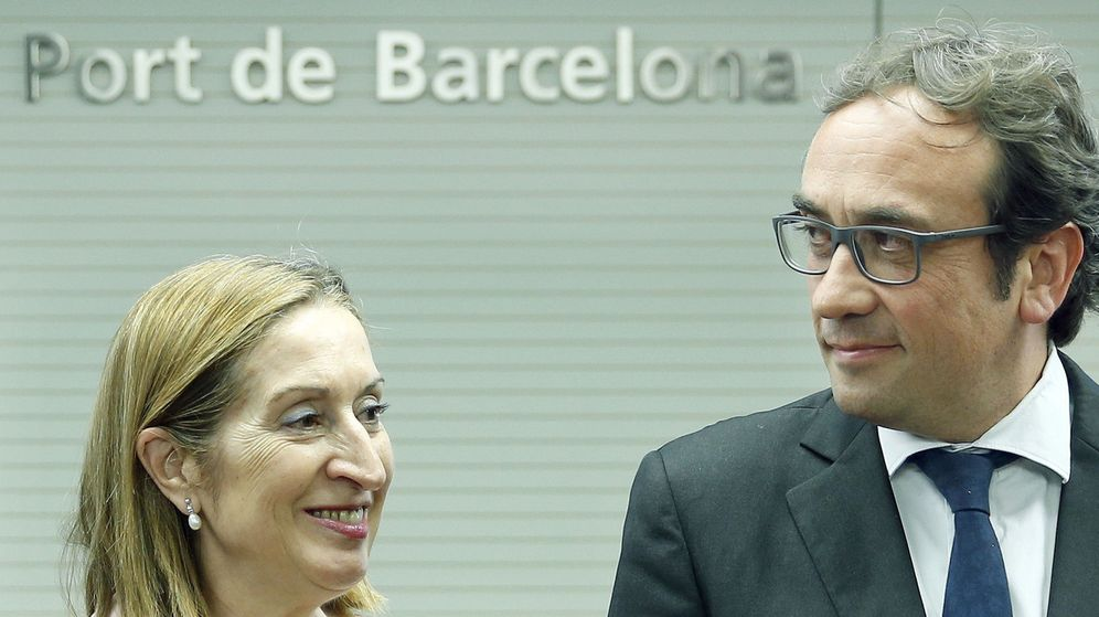 Foto: Ana Pastor y el 'conseller' de Transportes, Josep Rull, en la firma de los convenios para el acceso sur al Puerto de Barcelona. (EFE)