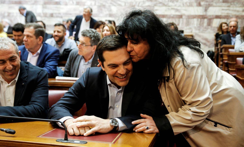 Foto: Vagena felicita a Tsipras antes de una sesión parlamentaria de Syriza, en Atenas, en mayo de 2016 (Reuters).
