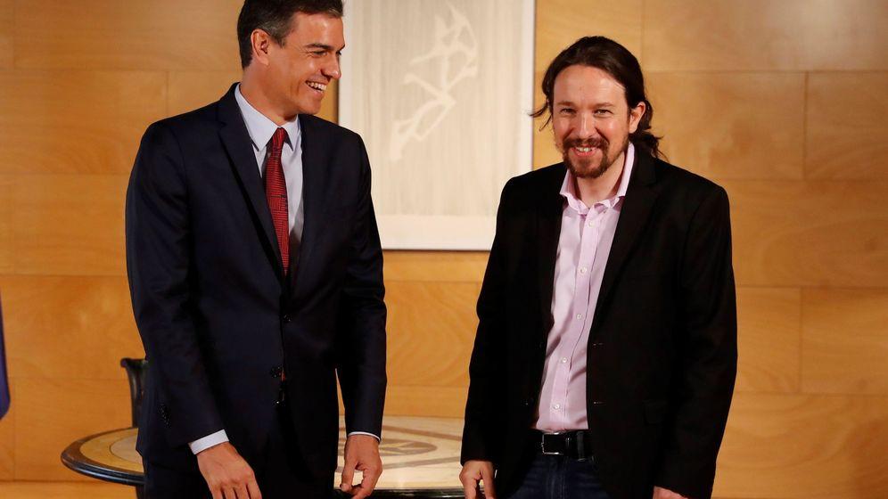 Foto: El presidente del gobierno Pedro Sánchez (i) y el líder de Podemos Pablo Iglesias, durante la nueva ronda de consultas para la investidura. (EFE)