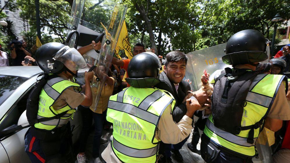 Foto: Conrado Pérez, diputado de la MUD, durante choques con los antidisturbios en Caracas, el 3 de abril de 2017. (Reuters).