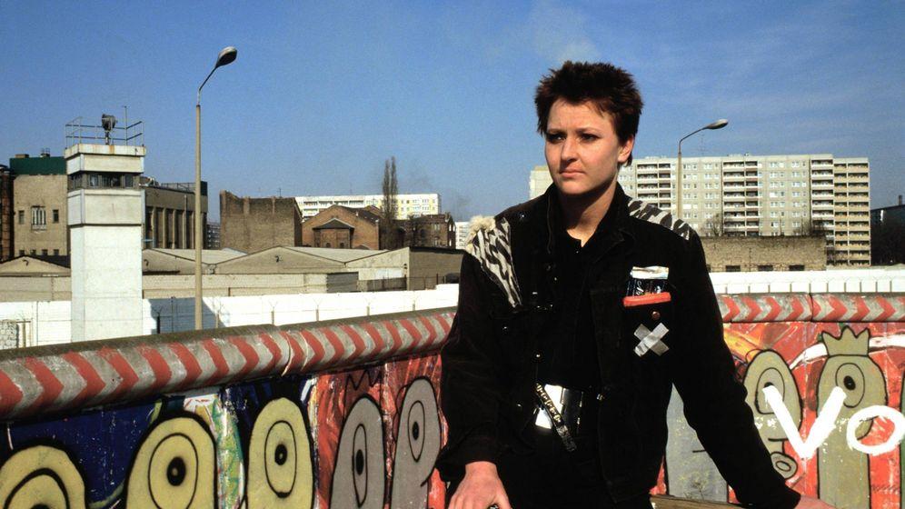 Foto: Un punk frente al muro de Berlín en el barrio de Kreuzberg, a finales de 1989. (Daniel Biskup/Cordon Press)