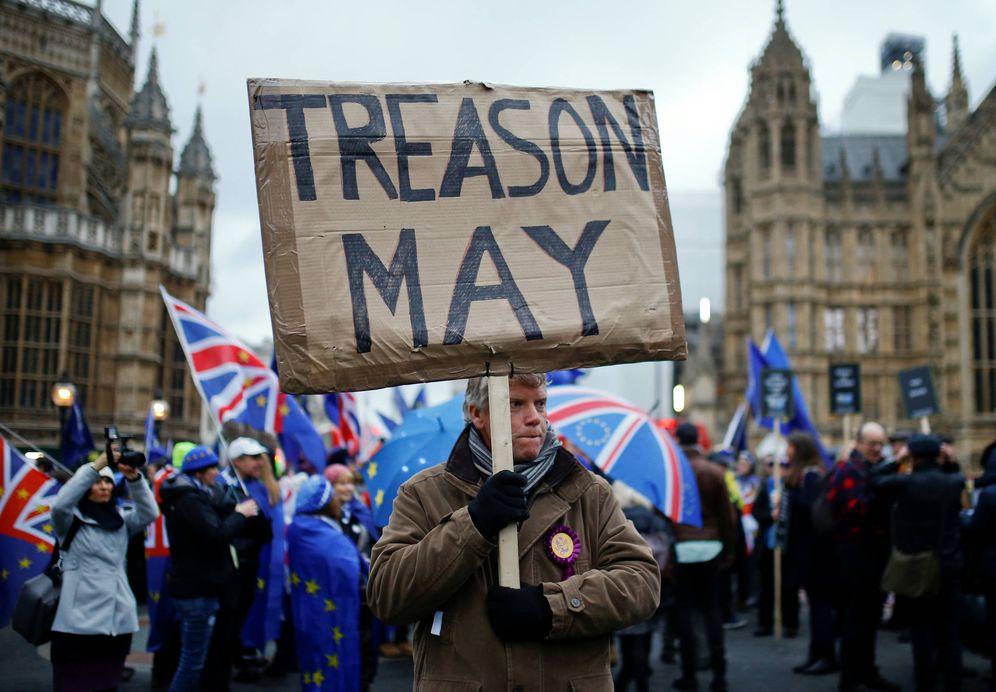 Foto: Manifestantes a favor y en contra del Brexit protestan ante el Parlamento británico, en Londres. (Reuters)