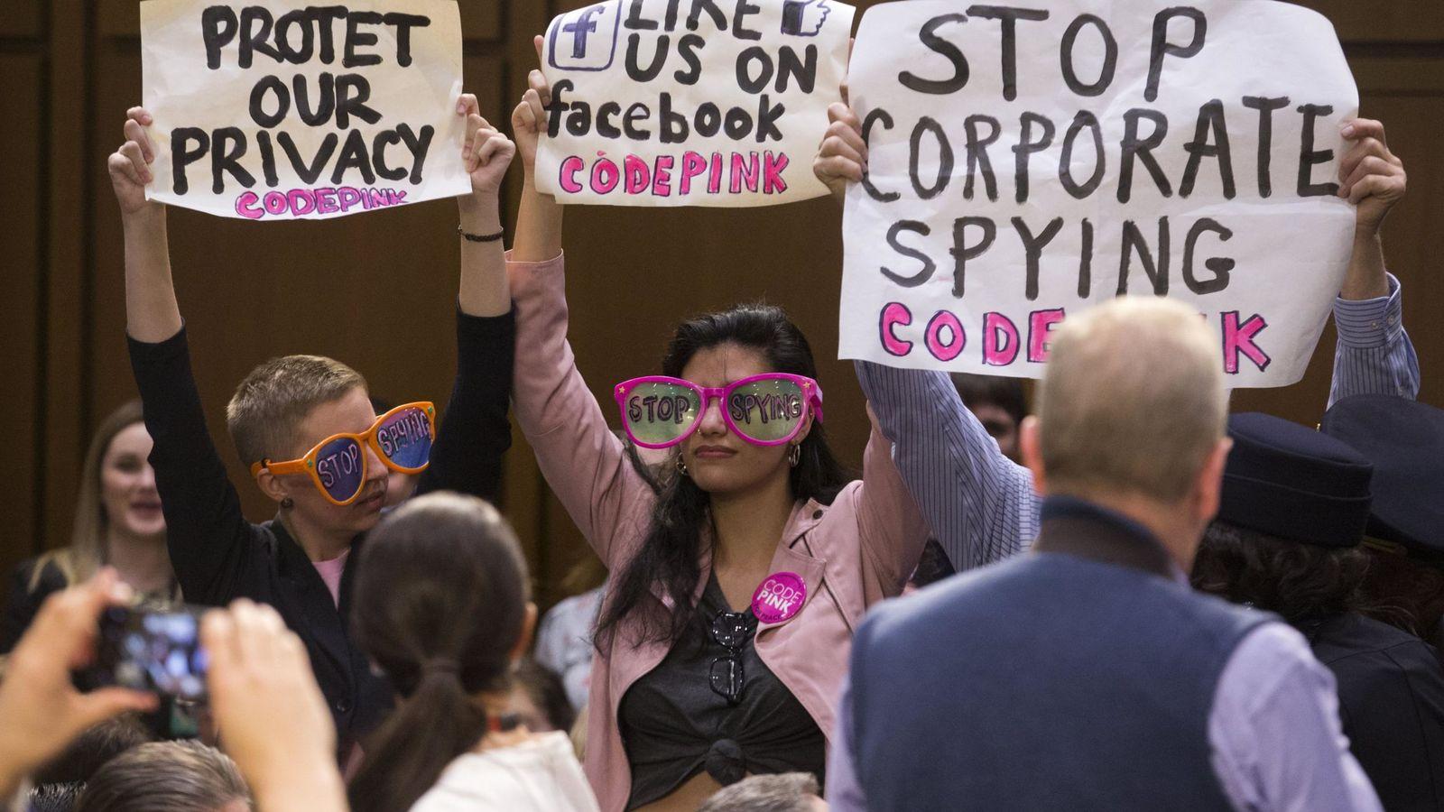 """Foto: Protesta por el """"fin del espionaje corporativo"""" durante la comparecencia Mark Zuckerberg (EFE)"""
