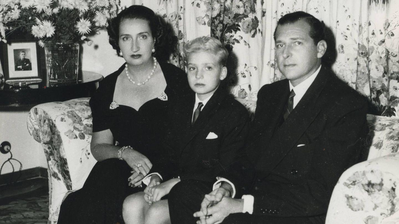 El Rey, junto a sus padres. (Foto: Ed. Grijalbo)