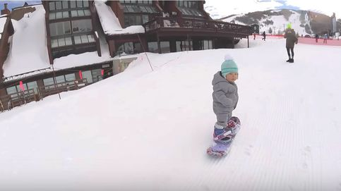 La bebé de un año que hace 'snowboard' por primera vez y ha conquistado a la Red