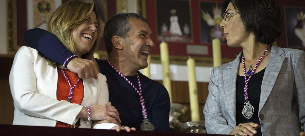 Foto: Susana Díaz (i) y el actor malagueño Antonio Banderas (2i), durante la visita a la Casa Hermandad de la cofradía de Jesús el Cautivo.