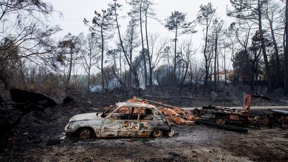 Foto: Un coche y un tractor calcinados en el incendio de Moces (Melón). (EFE)