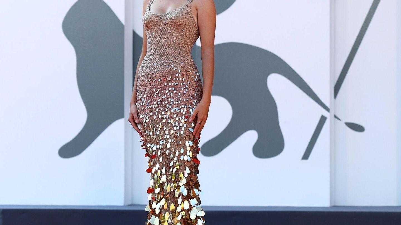Maya Hawke, con vestido de tirantes en color nude y con lentejuelas en la presentación de 'Mainstream'. (EFE)