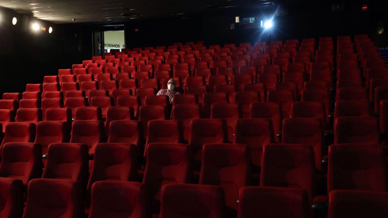Una persona con mascarilla en un cine. (EFE)
