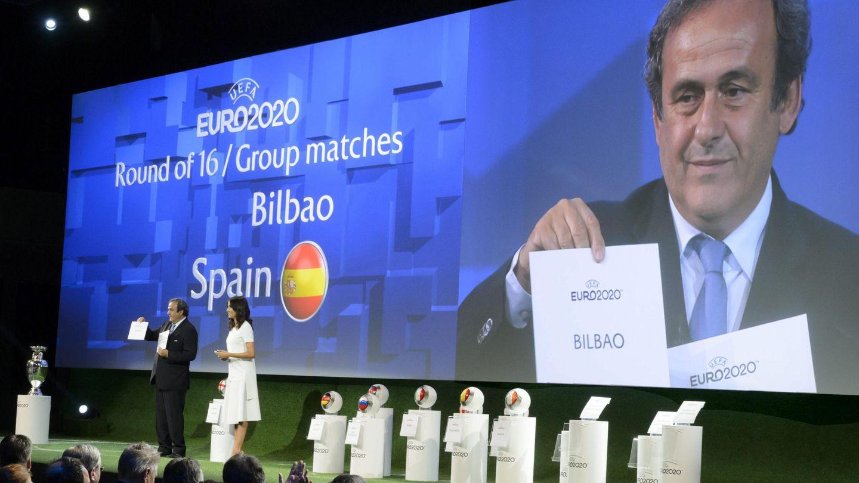 El expresidente de la UEFA, Michel Platini, muestra el nombre de Bilbao como una de las sedes de la Eurocopa. (EFE)