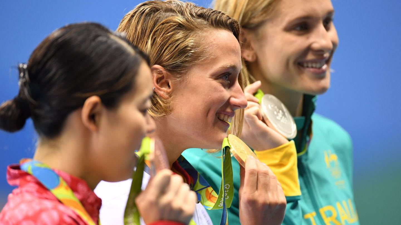 El podio de los 200 mariposa: solo 35 centésimas entre oro y bronce (Bernd Thissen/EFE/EPA)