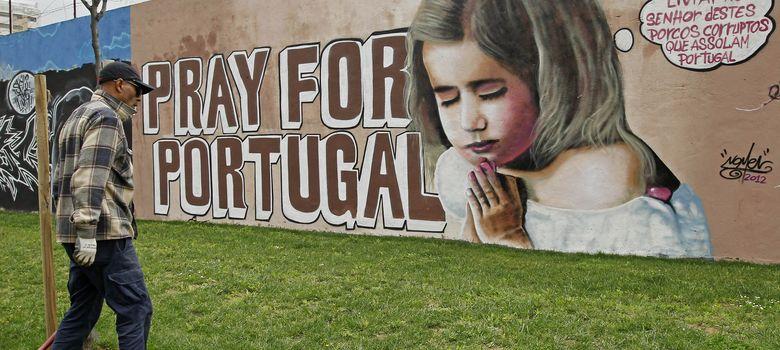 Foto: Un 'graffiti' en Lisboa que dice Líbranos, Señor, de los cerdos corruptos que asolan Portugal