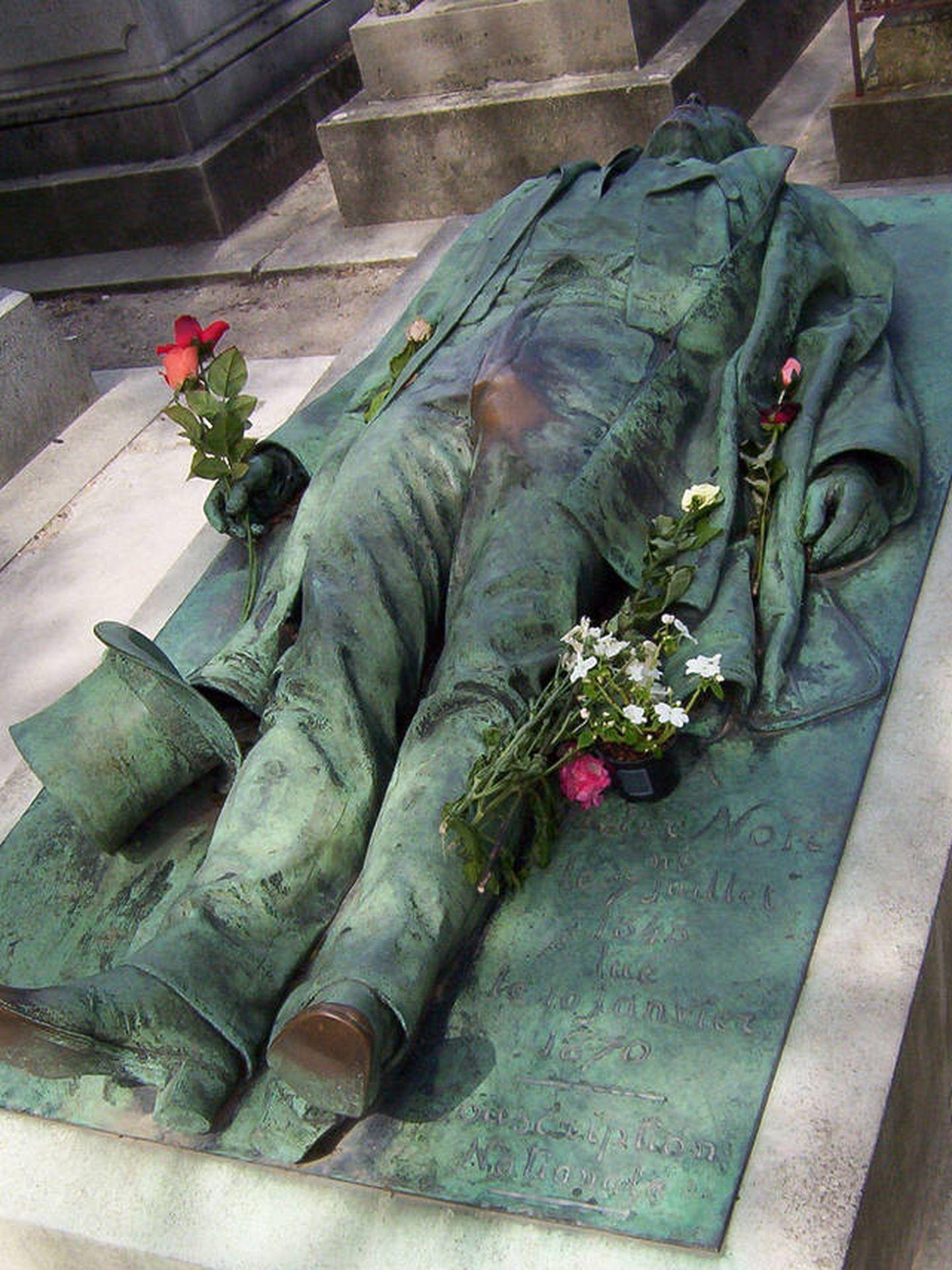La curiosa tumba de Victor Noir en el cementerio Père Lachaise, en París.