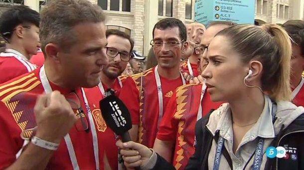 Foto:  María Gómez, en directo en Telecinco antes de contestar a un aficionado que la llamó 'guapa' en directo.