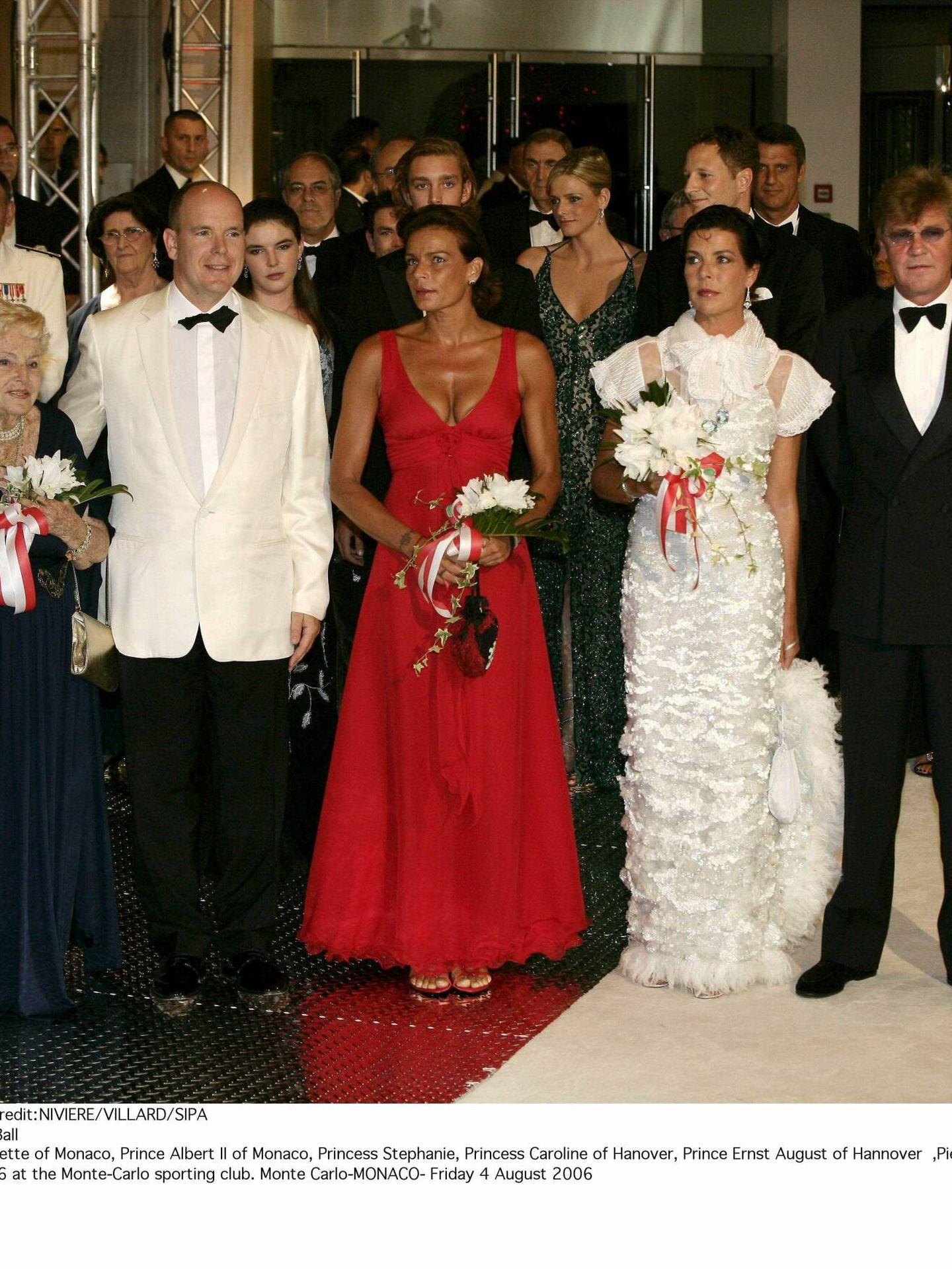 La familia real de Mónaco, en el Baile de la Rosa de 2006. (Cordon Press)