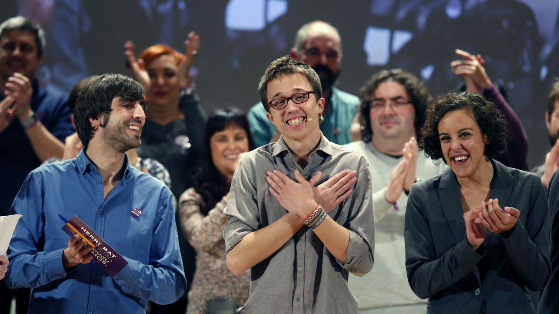 Foto: El número dos de Podemos, Íñigo Errejón, en un acto electoral junto a la secretaria general de Podemos Euskadi, Nagua Alba, y el secretario político, Eduardo Maura. (EFE)