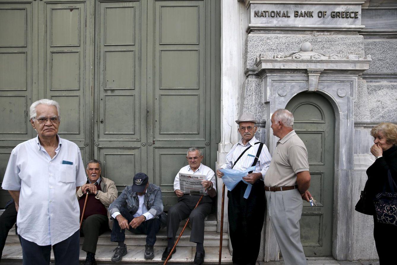 Foto: Pensionistas griegos esperan a la apertura del Banco Nacional para recibir su pensión, en Atenas, el 28 de mayo de 2015. (Reuters)