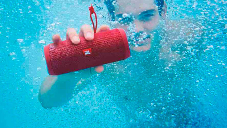 Los mejores altavoces resistentes al agua para llevar tu música a la playa o la piscina